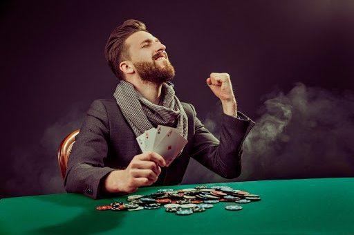 pemain poker bahagia